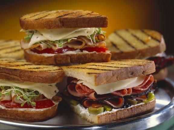 Verschiedene, gegrillte Sandwiches auf einer Platte