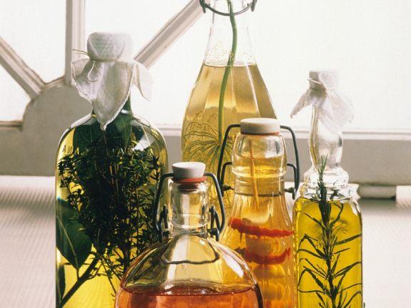 Verschiedene selbstgemachte Essige & Öle