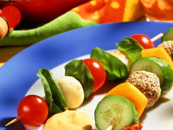Verschiedene Spieße mit Käse, Gemüse und Fleischbällchen