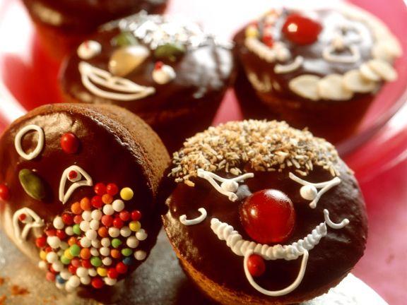 Verzierte Muffins mit Schokoglasur