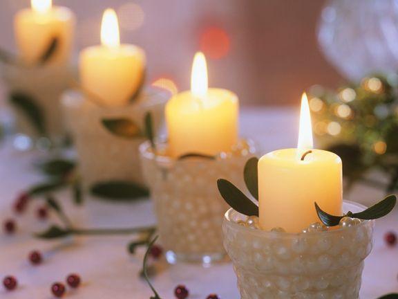 Vier Adventskerzen (Weisse Stumpenkerzen mit Misteln, Perlen)