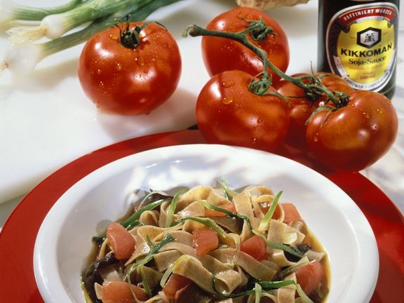 Volkkonrnnudeln mit Tomaten