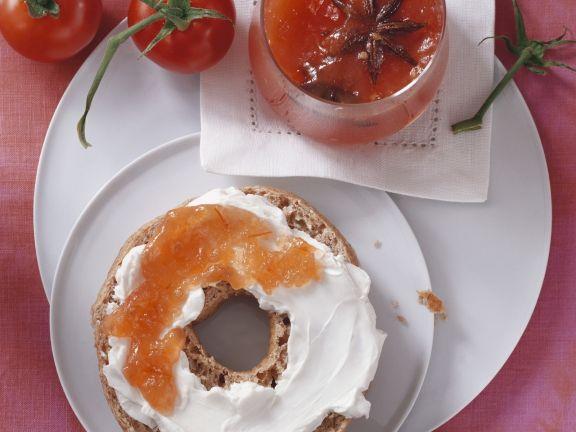 Vollkorn-Bagel mit Tomatenmarmelade