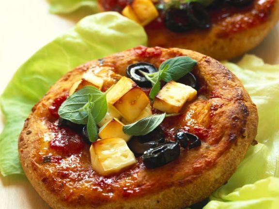 Vollkorn-Pizzette mit Feta und Oliven