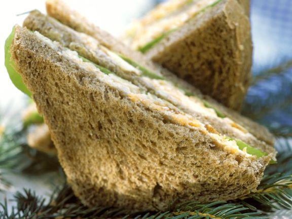 Vollkorn-Sandwich mit Gemüse und Karotte