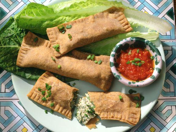 Vollkorn-Teigtaschen mit Kräuter-Käse-Füllung und Tomatensauce