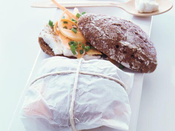Vollkornbrötchen mit Frischkäse und Möhre