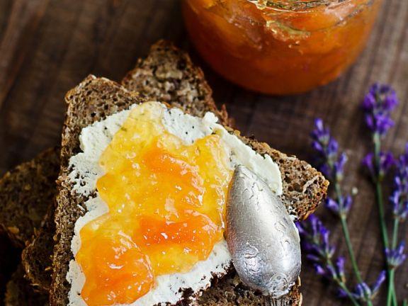 Vollkornbrot mit Creme Cheese und Melonenkonfitüre