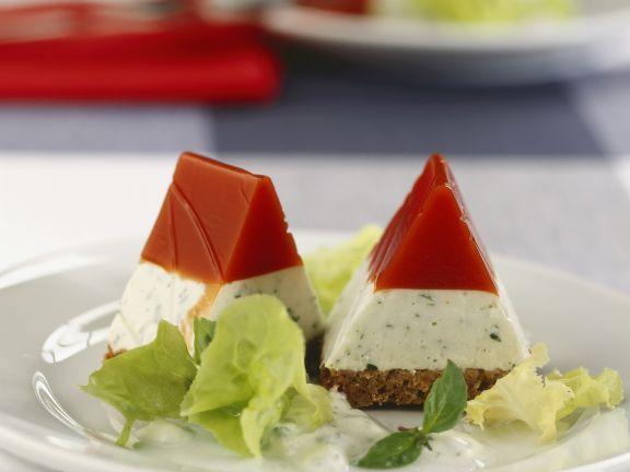 Vollkornbrot mit Sülze aus Joghurt und Tomaten