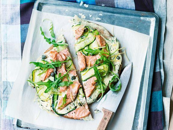 Vollkornpizza mit Zucchini und Lachs