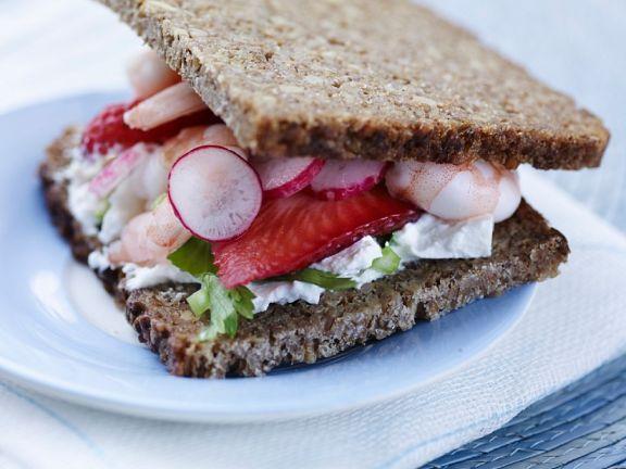 Vollkornsandwich mit Shrimps und Erdbeeren