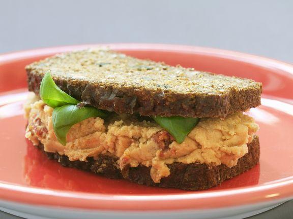 Vollkornsandwich mit Tomaten-Bohnen-Creme