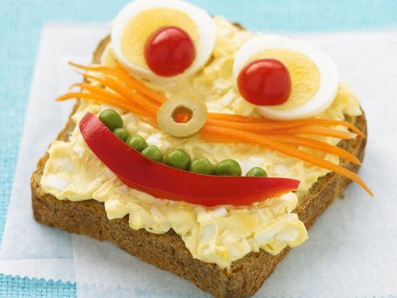 Vollkorntoast mit Eiersalat und Gemüse