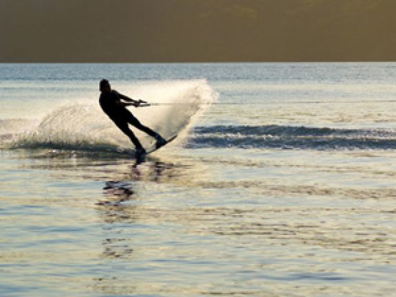 Wakeboarden hinterm Boot © oblong1-Fotolia.com