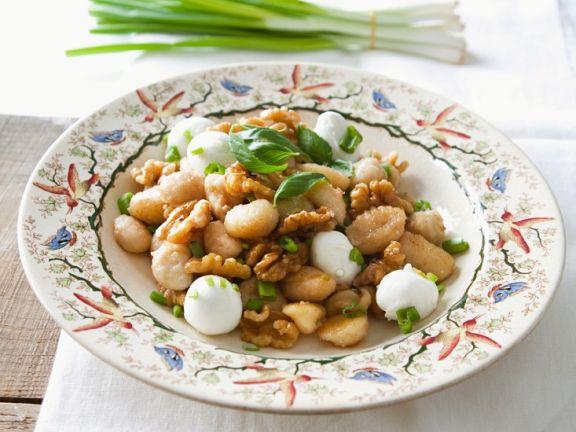 Walnuss-Gnocchi mit Mozzarella und Frühlingszwiebeln