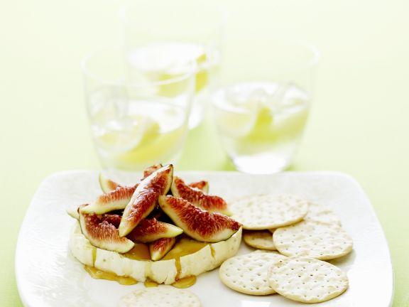 Warmer Brie mit Feigen-Honig-Topping