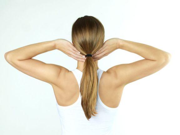 Frau stretcht ihren Rücken