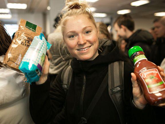 Junge Frau mit abgelaufenen Waren im WeFood Supermarkt in Kopenhagen