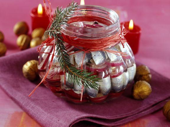 Weihnachtliche marinierte Heringe mit roten Zwiebeln