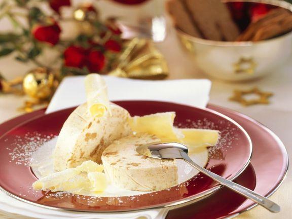 Weihnachtliches Eisparfait mit Keksen