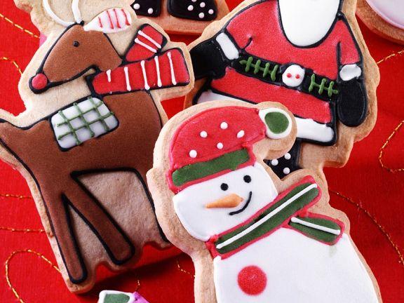 Weihnachtsplätzchen mit buntem Zuckerguss verziert