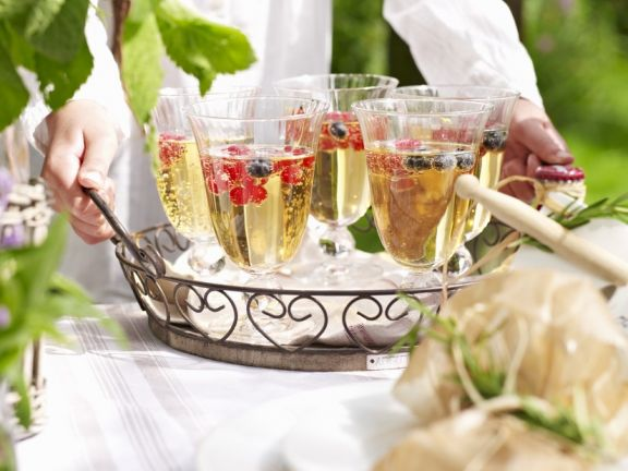 Weinbowle mit frischen Beeren