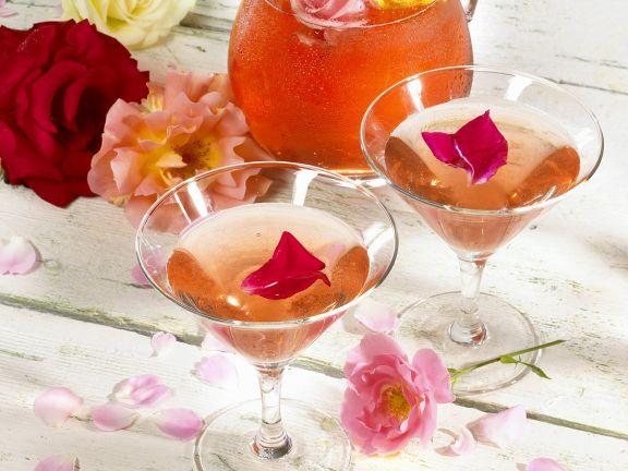 Weinbowle mit Rosenblüten