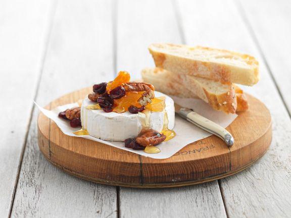 Weißbrot mit Camembert und Honig-Früchten