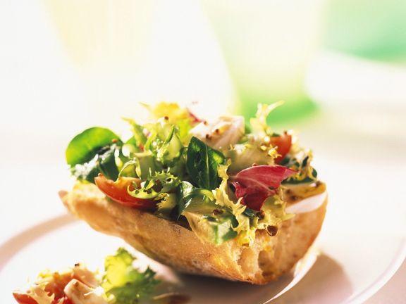 Weißbrot mit Salat belegt