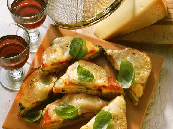 Weißbrot mit Tomaten, Zucchini und Gruyère