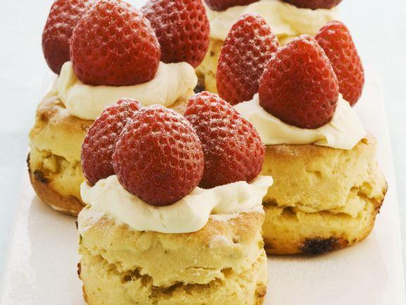 Weiße Schokoladenmuffins mit Erdbeerhäubchen