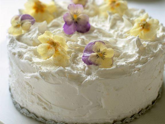 Weiße Torte mit Blüten