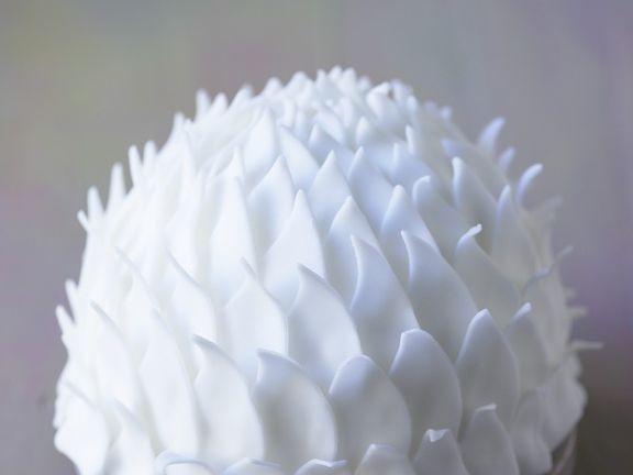 Weiße Torte mit Zucker-Deko