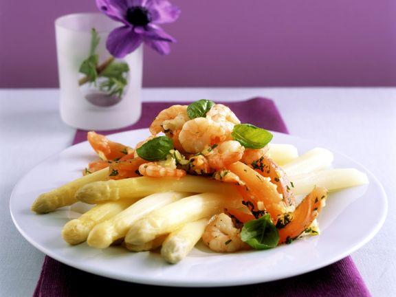 Weißer Spargel mit gebratenen Shrimps und Tomaten
