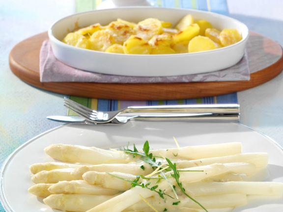 Weißer Spargel mit Zitronen-Sardellen-Sauce und Parmesankartoffeln