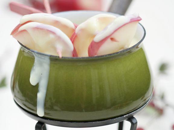 Weißes Schokoladenfondue mit Äpfeln