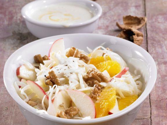 Weißkohlsalat mit Obst und Walnuss