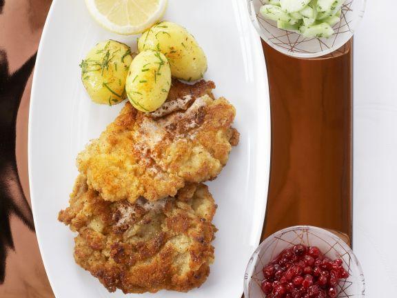 Wiener Schnitzel mit Kartoffeln und Gurkensalat