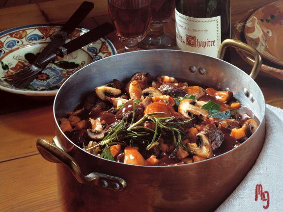 Wildpfeffer in Rotwein mit Champignons