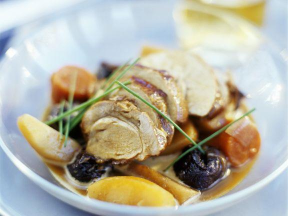 Wildschwein mit Pflaumen und Suppengemüse in Whiskysoße