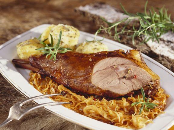 Wildschweinkeule mit Sauerkraut Knödeln