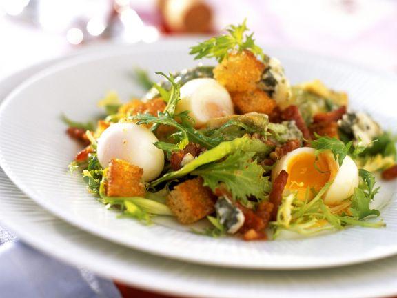 Winterlicher Salat mit Wachteleiern und Weißbrotwürfeln