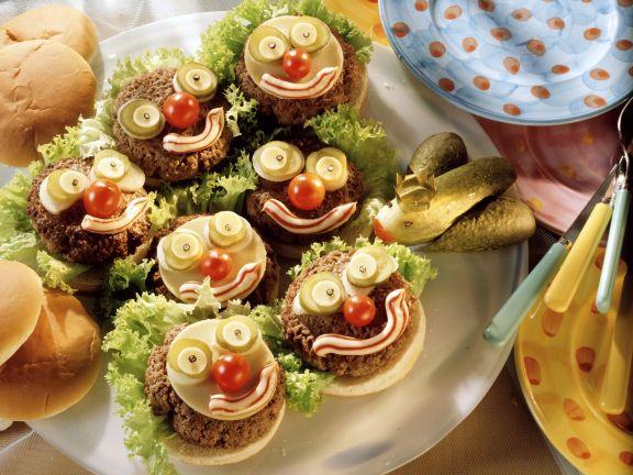 Witzige Kinder-Hamburger mit Gurkenfrosch