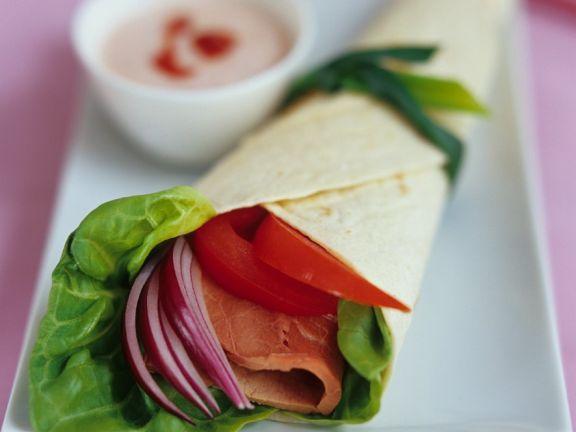 Wraps mit Salat und Schinken gefüllt