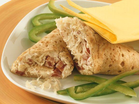 Wraps mit Sauerkraut und Salami