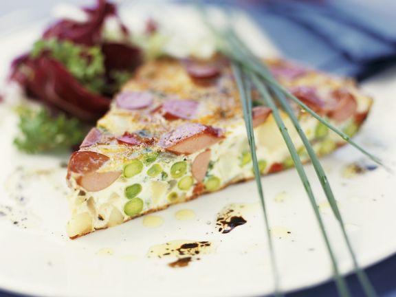 Würstchen-Spargel-Tarte mit Salat
