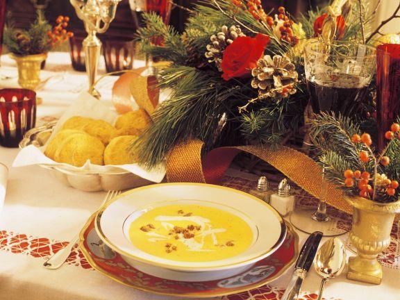 Würzige Kürbiscremesuppe mit Sahne und Croutons