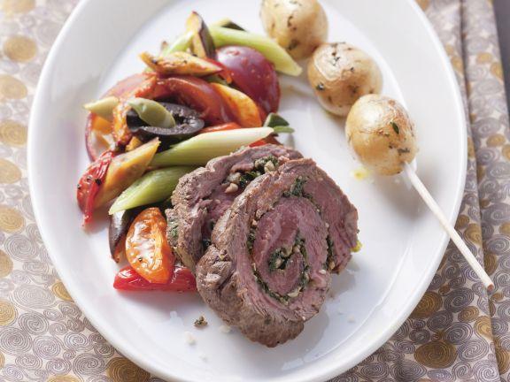 Würzige Rinderroulade mit Gemüse und Kartoffelspieß