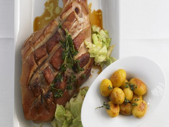Würzige Spanferkelkeule mit Kohl und Kartoffeln