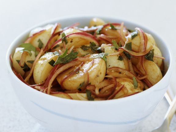 Würziger Kartoffelsalat mit roten Zwiebeln